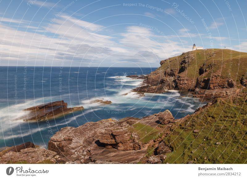 Küste mit Leuchtturm Ferien & Urlaub & Reisen Natur blau grün Wasser Meer Einsamkeit Ferne Umwelt Tourismus Freiheit Wetter Wellen Europa Energie