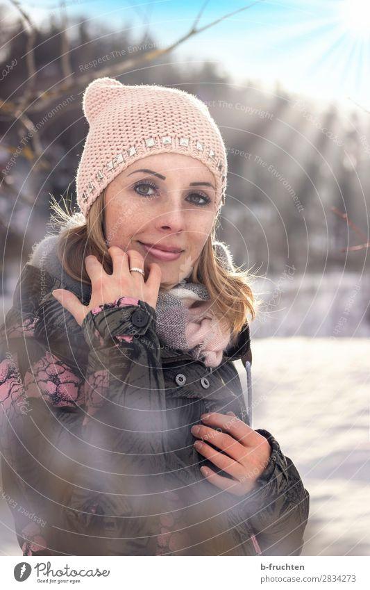 Frau mit Mütze und Schal, Outdoor-Porträt im Winter Wohlgefühl Freizeit & Hobby Erwachsene Gesicht 30-45 Jahre Sonnenlicht Schönes Wetter Schnee Park Wald