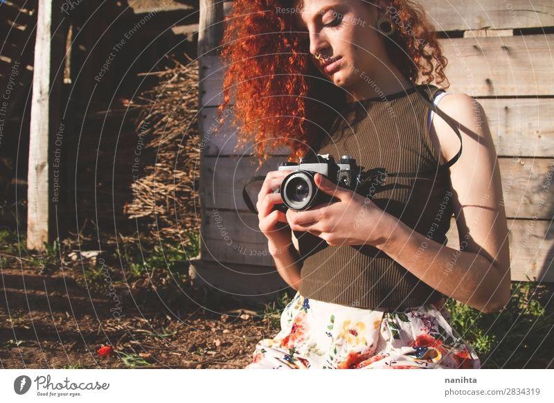 Junge Rothaarige Fotografin Frau Freizeit & Hobby Ferien & Urlaub & Reisen Ausflug Sommer Arbeit & Erwerbstätigkeit Beruf Fotokamera Mensch feminin Junge Frau