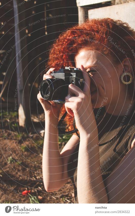 Junge Rothaarige Fotografin Frau Lifestyle Stil Freizeit & Hobby Ferien & Urlaub & Reisen Ausflug Sommer Arbeit & Erwerbstätigkeit Beruf Fotokamera Mensch