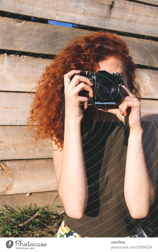 Junge Rothaarige Fotografin Frau Lifestyle Stil Freizeit & Hobby Ferien & Urlaub & Reisen Ausflug Sommer Arbeit & Erwerbstätigkeit Beruf Fotokamera