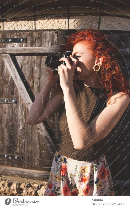 Junge Rothaarige Fotografin Frau Lifestyle Freizeit & Hobby Ferien & Urlaub & Reisen Tourismus Ausflug Sommer Arbeit & Erwerbstätigkeit Beruf Fotokamera Mensch