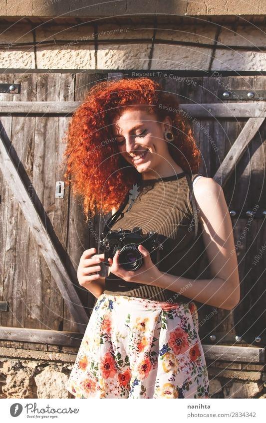 Junge Rothaarige Fotografin Frau Lifestyle Stil Freude Freizeit & Hobby Ferien & Urlaub & Reisen Tourismus Ausflug Sommer Arbeit & Erwerbstätigkeit Beruf
