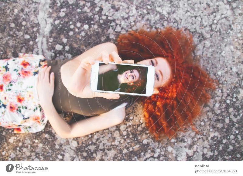 Junge schöne Frau, die einen Selfie nimmt. Lifestyle Glück Freizeit & Hobby Ferien & Urlaub & Reisen Freiheit Sommer Telefon Handy PDA Bildschirm Fotokamera