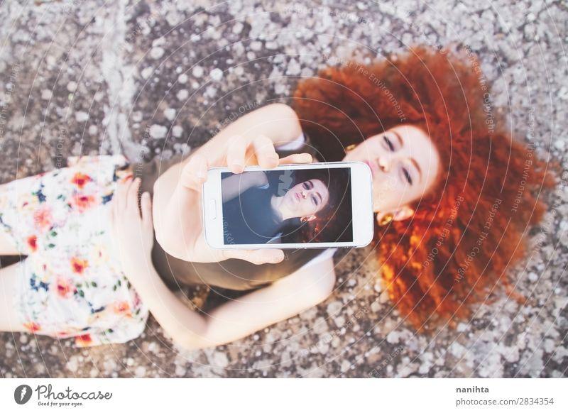 Junge schöne Frau, die einen Selfie nimmt. Lifestyle Stil Freude Freizeit & Hobby Ferien & Urlaub & Reisen Freiheit Sommer Telefon Handy PDA Bildschirm