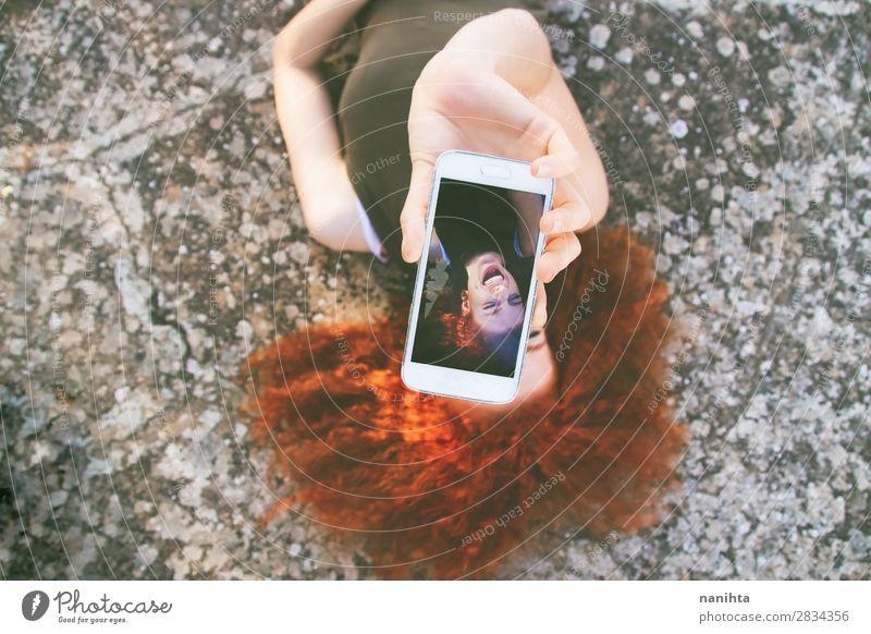 Junge schöne Frau, die einen Selfie nimmt. Lifestyle Glück Freizeit & Hobby Ferien & Urlaub & Reisen Freiheit Sommer Telefon PDA Bildschirm Fotokamera