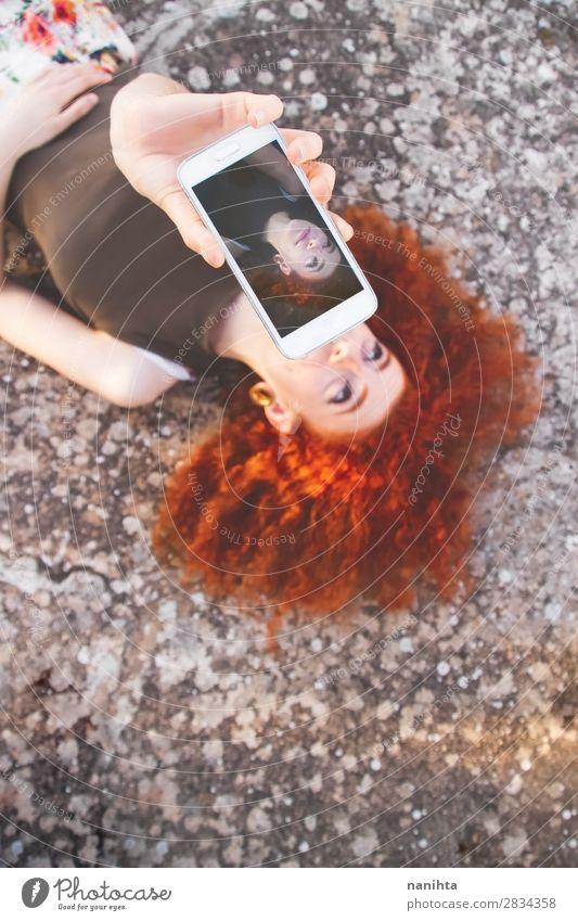 Junge beautifil Frau, die einen Selfie für Social Media macht. Lifestyle Stil Haare & Frisuren Freizeit & Hobby Ferien & Urlaub & Reisen Freiheit Sommer Telefon