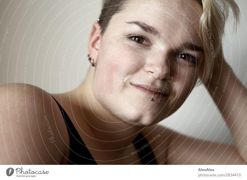 Portrait einer jungen Frau mit Sommersprossen und Grübchen Stil Freude schön Haut Leben Junge Frau Jugendliche Gesicht 18-30 Jahre Erwachsene Piercing blond