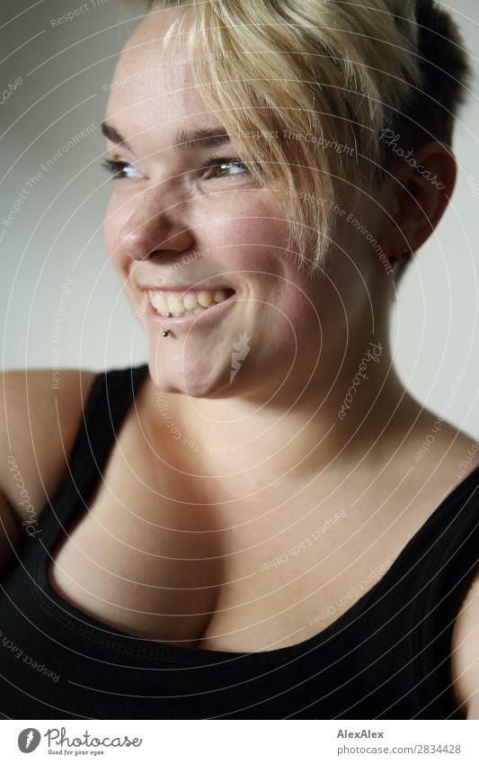 Junge Frau mit Sommersprossen und Grübchen Lifestyle Freude schön Gesicht Leben Jugendliche 18-30 Jahre Erwachsene Trägershirt blond kurzhaarig Lächeln Blick