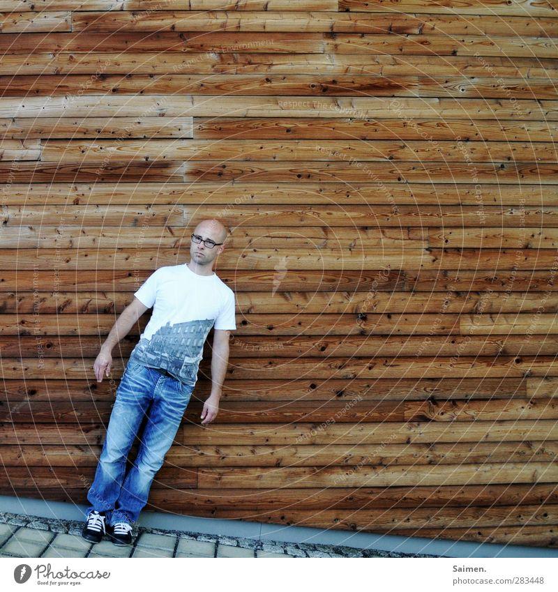 schiefstand Mensch maskulin Mann Erwachsene Körper 1 18-30 Jahre Jugendliche Mauer Wand Fassade stehen Design Erwartung Brille T-Shirt Holz Holzwand Jeansstoff