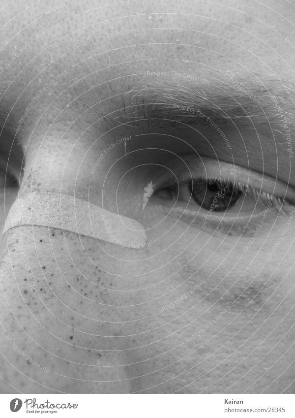 immermüdes auge gebrochen Selbstportrait Michaeliskirche Mann Auge Müdigkeit Nase Gesicht Schwarzweißfoto martin kairan