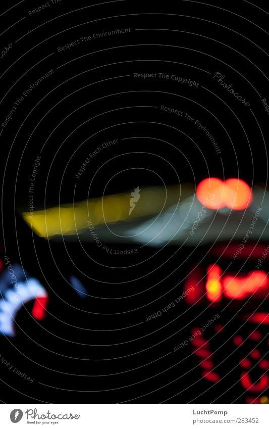 zu zweit einsam rot Einsamkeit ruhig schwarz dunkel Straße Wärme Bewegung PKW Verkehr Geschwindigkeit leuchten Autobahn Rausch Anzeige Straßenverkehr
