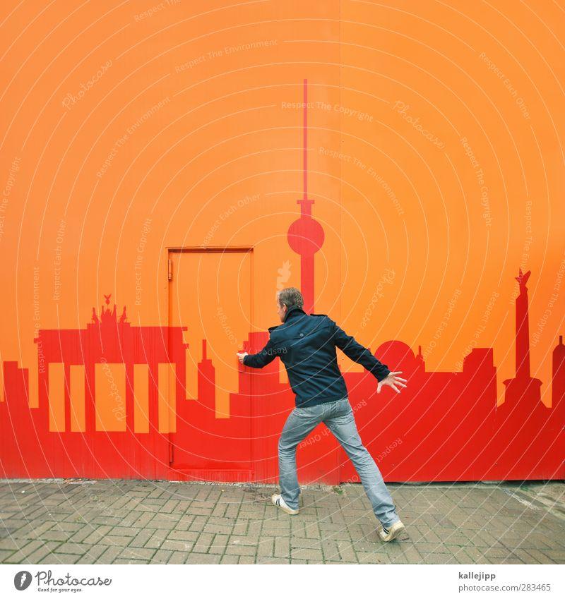 come to berlin Mensch Mann Stadt rot Erwachsene Berlin gehen Tür orange Fassade maskulin Tourismus Jeanshose geheimnisvoll Skyline Jacke