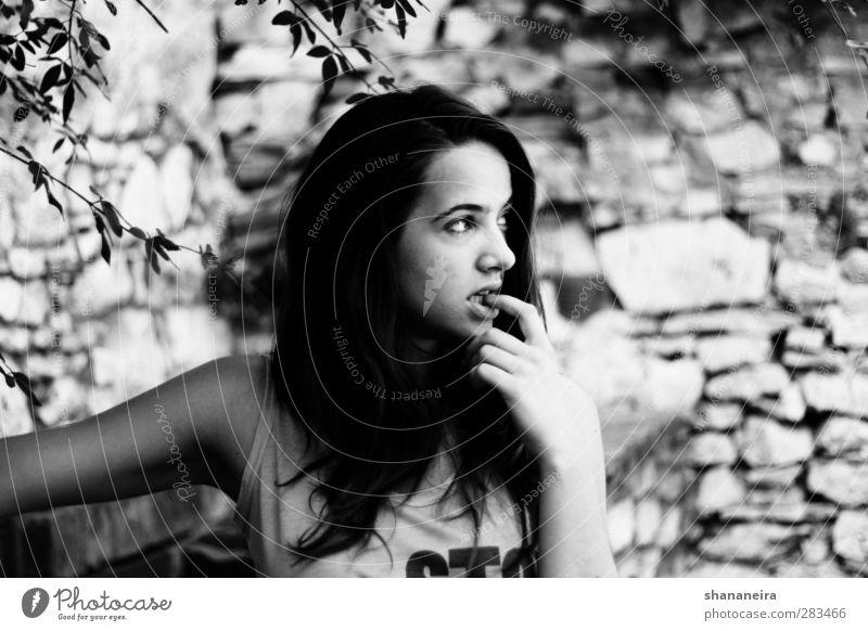 Im Garten Mensch schön feminin Wand Stein Denken Felsen Finger Hilfsbereitschaft Sicherheit beobachten Wunsch Schutz Fingernagel beißen unsicher