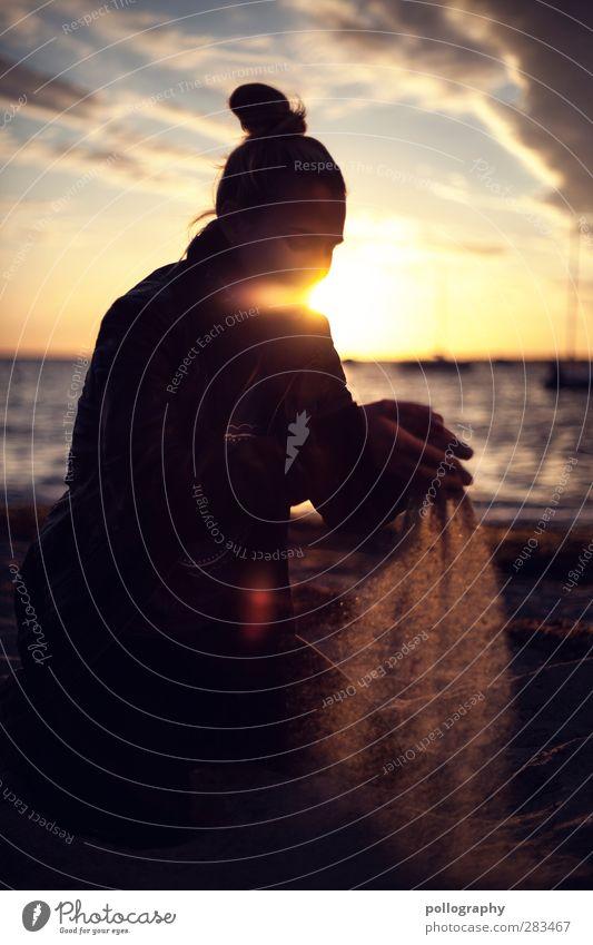 Die Schattenseite des Lichts (II) Mensch Frau Himmel Jugendliche Ferien & Urlaub & Reisen Sonne Meer Strand Wolken Erwachsene Ferne Junge Frau feminin Leben