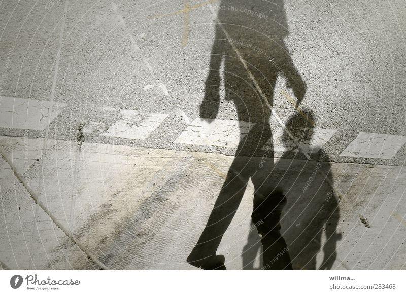 Schatten zweier Menschen auf der Straße - sich übergangen fühlen Identität Konflikt & Streit uneinig Schattenspiel Schattenseite Schattendasein Spuren