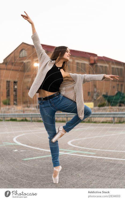 Frau tanzt auf einem Spielplatz Balletttänzer Tanzen Pose Straße Entwurf Großstadt Stadt Mädchen Tänzer Ballerina elegant schön Leistung hübsch Jugendliche