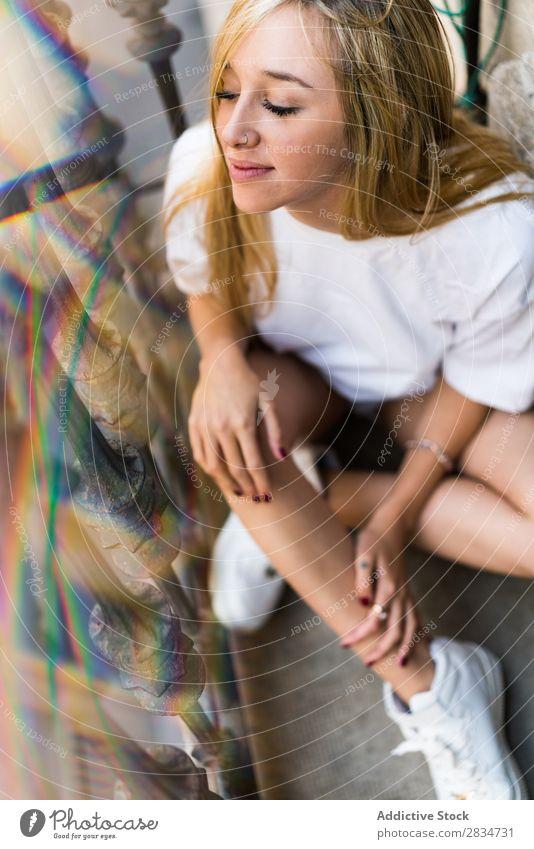 Sexy junge Frau zu Hause Mensch Jugendliche Erotik Mädchen Kaukasier Glück heimwärts hübsch schön heiter Erholung Beautyfotografie weiß Porträt Einsamkeit