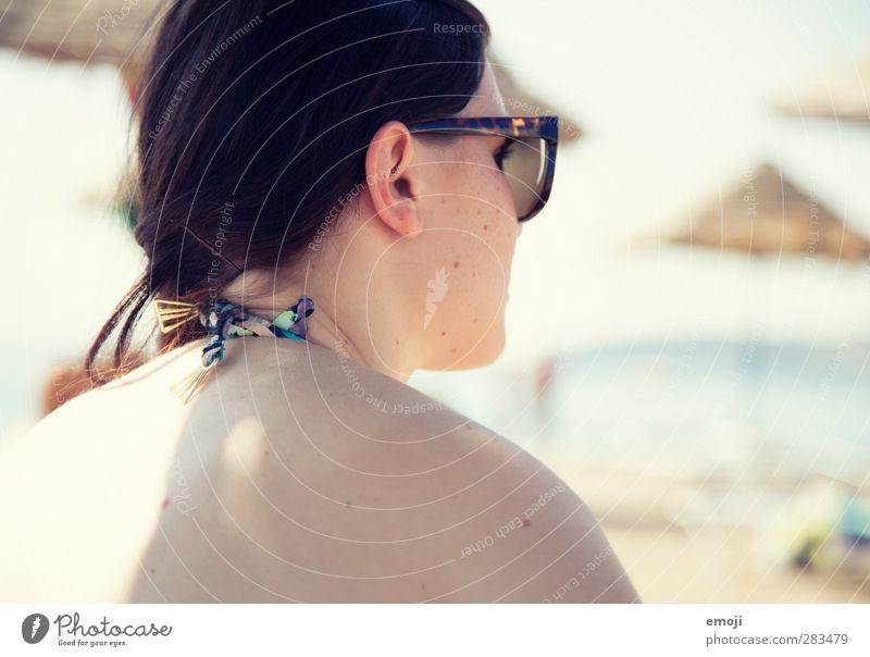 beach I Mensch Jugendliche schön Sommer Strand Erwachsene Wärme Junge Frau feminin hell 18-30 Jahre Rücken Schönes Wetter heiß Sonnenbrille