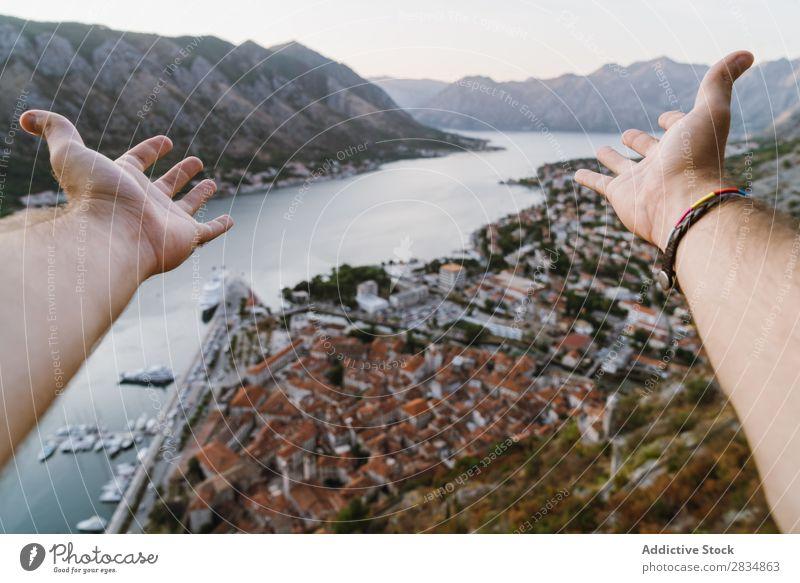 Tourist zieht die Hand in die Stadt Berge u. Gebirge Fluss ziehend zeigen Mensch Dorf Aussicht Weg Landschaft Ferien & Urlaub & Reisen Natur Tourismus schön Tal