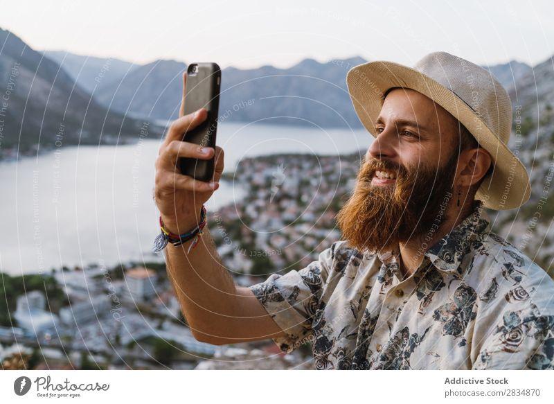 Mann beim Telefonieren in den Bergen Stadt Berge u. Gebirge Fluss Mensch nehmen Tourist Dorf