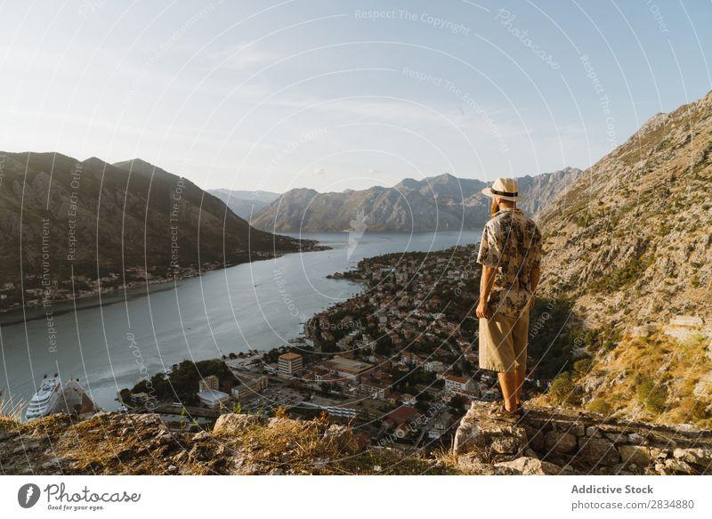 Tourist schaut auf die Stadt am Flussufer. Berge u. Gebirge Mann Mensch Dorf Aussicht Weg Landschaft Ferien & Urlaub & Reisen Natur Tourismus schön Tal Hügel