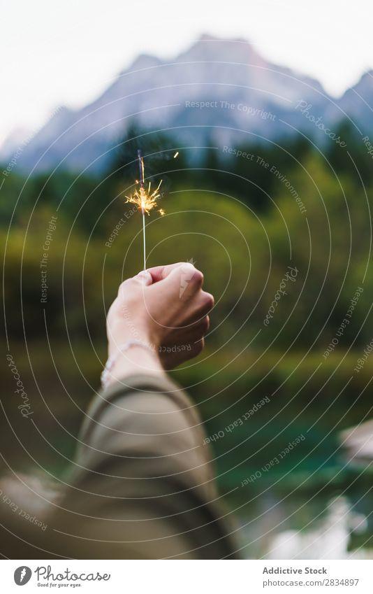 Getreide Hand hält Wunderkerze auf Natur Frau Berge u. Gebirge Feste & Feiern Funken Flamme brennend Feuerwerk Glanz Licht Zauberei u. Magie