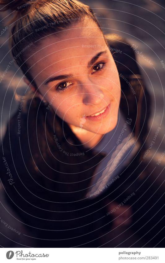 look up (III) Sonne Sonnenbad Strand Mensch feminin Junge Frau Jugendliche Erwachsene Leben Kopf 1 18-30 Jahre Sand Sommer Herbst Schönes Wetter Jacke brünett