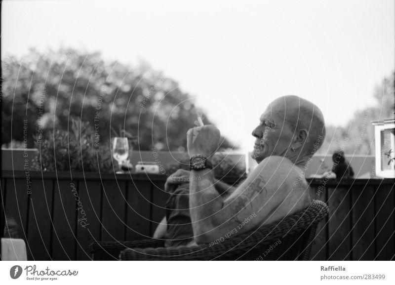 Sommertage maskulin Mann Erwachsene Haut Gesicht Ohr Nase Arme Hand 1 Mensch 45-60 Jahre Hose Tattoo Uhr Glatze Erholung genießen Rauchen Blick sitzen