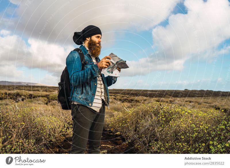 Tourist Mann mit Karte Feld Landkarte Navigation verirrt Rucksack stehen ruhen Wolken Natur Landschaft natürlich Lanzarote Spanien Aussicht