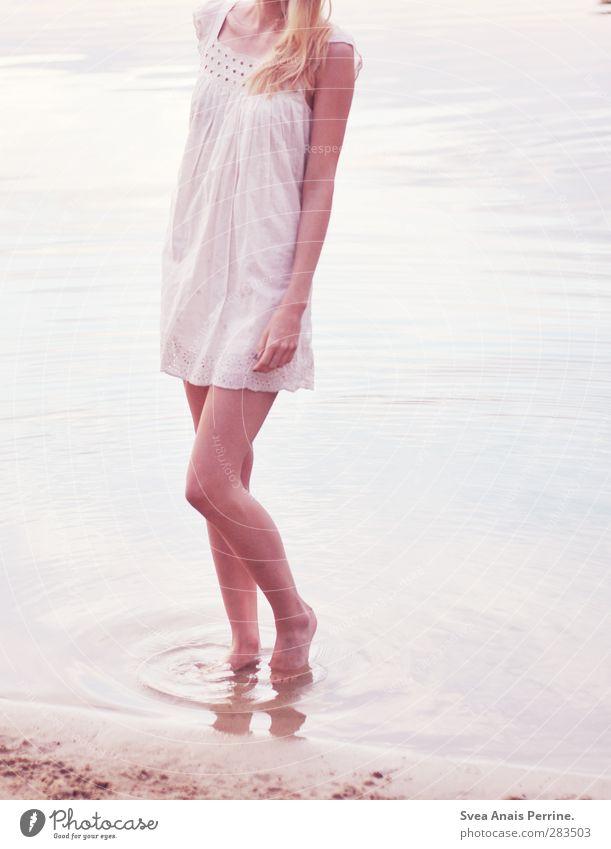 barfuß. feminin Junge Frau Jugendliche Körper Haare & Frisuren Beine 1 Mensch 18-30 Jahre Erwachsene Umwelt Natur Schönes Wetter Wasser Sand See Mode Kleid