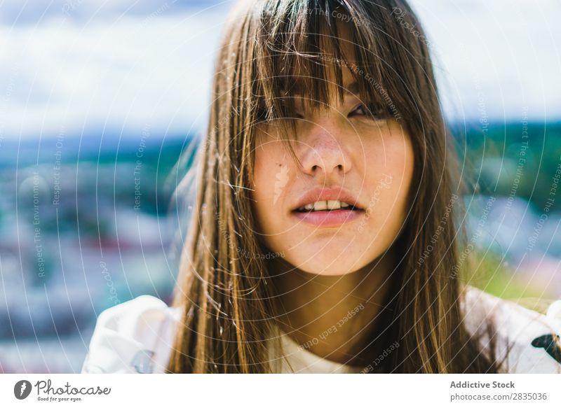 Sinnliche Frau in der Natur hübsch genießen stehen Blick in die Kamera Jugendliche schön Mädchen Porträt Gesicht Beautyfotografie Model Sommer Mensch attraktiv
