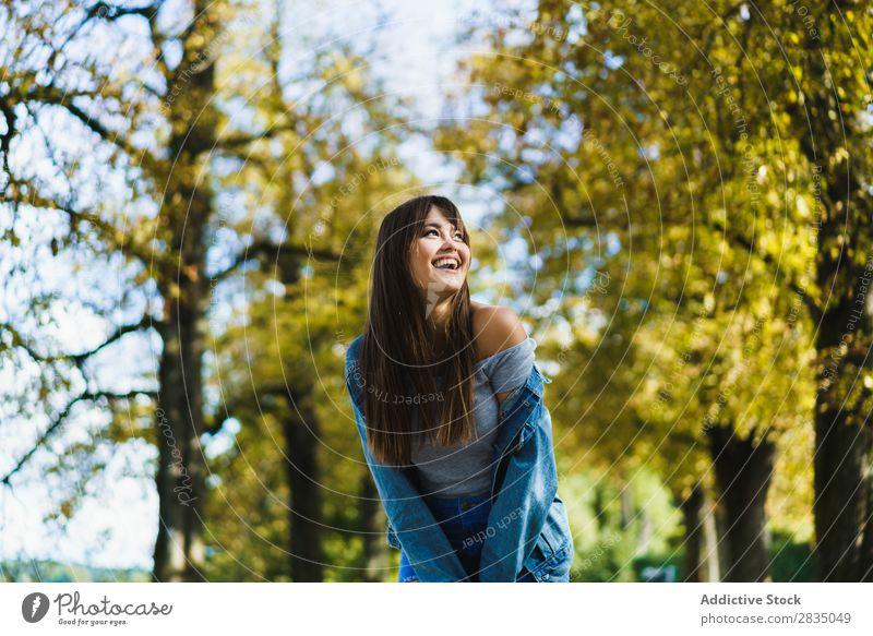 Fröhliche Frau beim Spaziergang im Park Herbst laufen Lächeln hübsch Natur Mädchen Lifestyle Jahreszeiten gelb Freizeit & Hobby Baum Jugendliche Glück Blatt