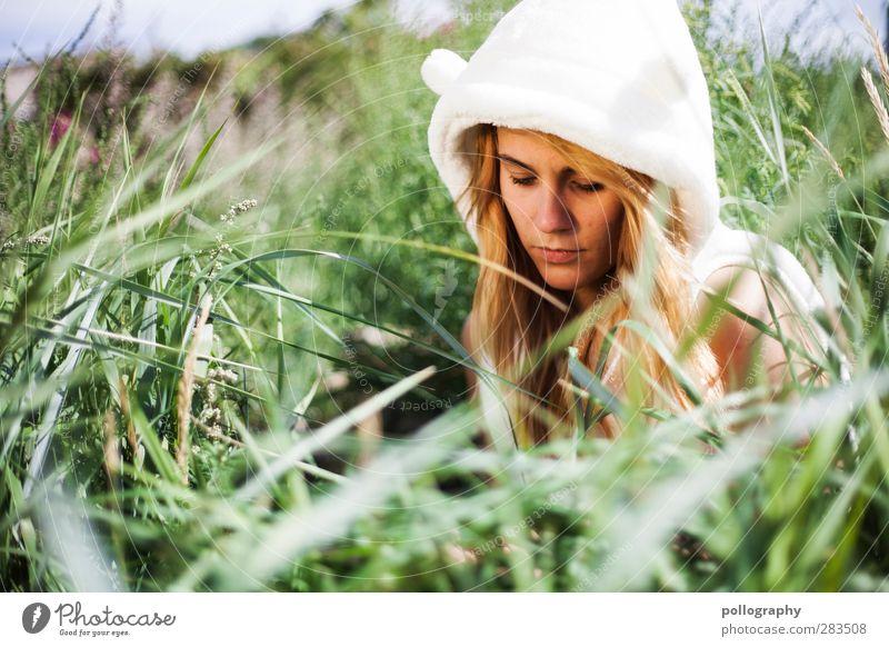 Ein Eisbär im Sommerurlaub (III) Mensch Frau Natur Jugendliche Sommer Pflanze Einsamkeit Blatt Erwachsene Junge Frau feminin Leben Gefühle Gras Küste Traurigkeit