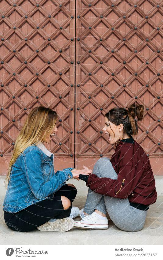 Frauenpaare, die sich gegenseitig ansehen. Mund geöffnet Glück Paar Homosexualität alternativ Liebe Mensch Kaukasier Jugendliche Partnerschaft schön Freundin
