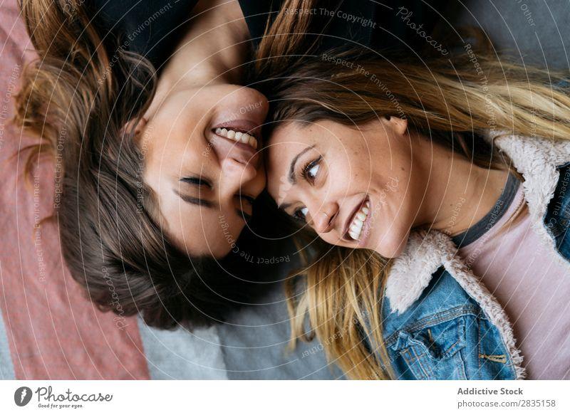 Lächelnd liegende Frauen Paar legen Glück Homosexualität alternativ Liebe Mensch Kaukasier Jugendliche Partnerschaft schön Freundin Zusammensein romantisch
