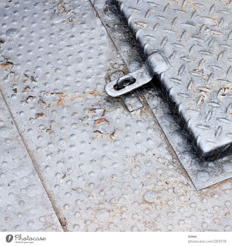 Bootskeller Passagierschiff An Bord Hausboot Bodenplatten Öffnung Zugang Eingangstür Metall dreckig kalt oben Originalität grau silber Verschwiegenheit