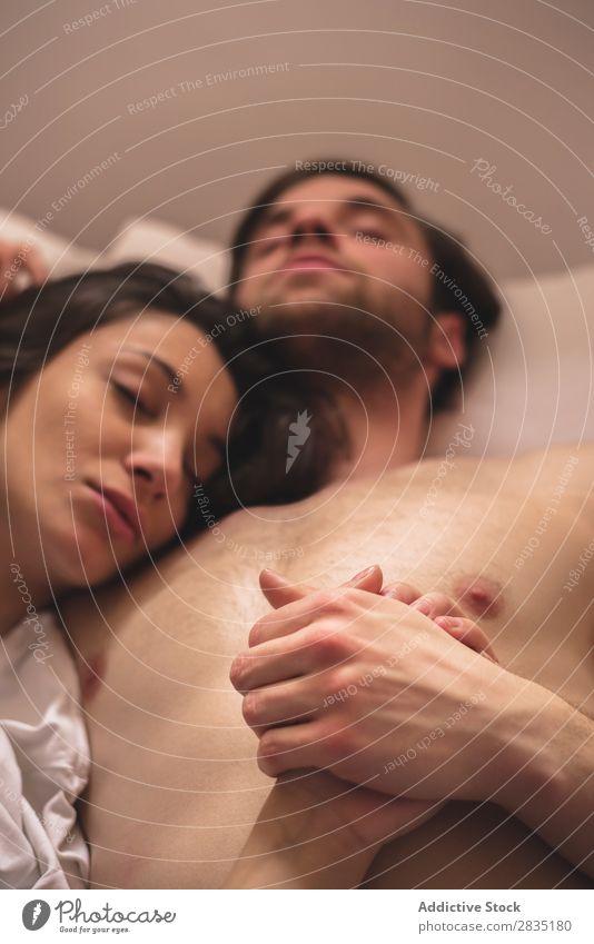 Schlafende Paare halten Händchen schlafen Händchenhalten Bett Umarmen Frau Mann Morgen schläfrig Liebe Jugendliche Partnerschaft Mensch 2 Romantik Zusammensein