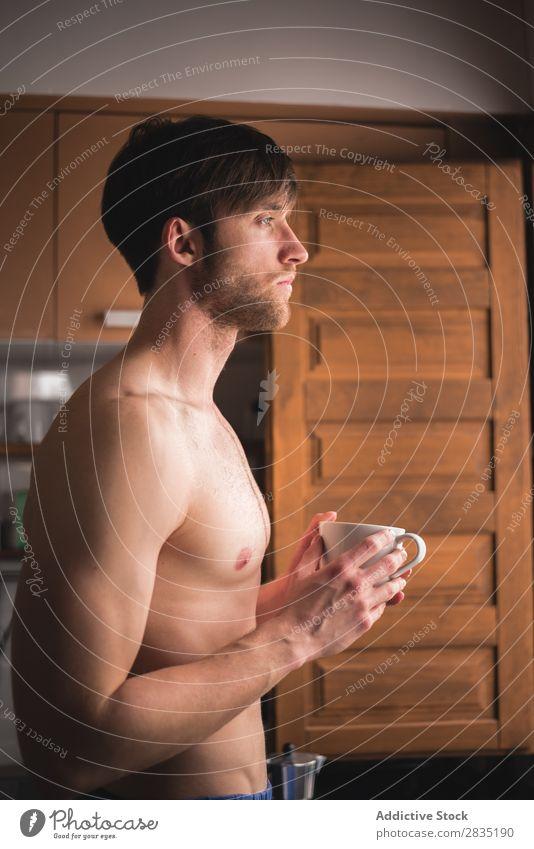 Hemdloser Mann mit einem Becher Tasse Morgen Fürsorge Wegsehen besinnlich heiß