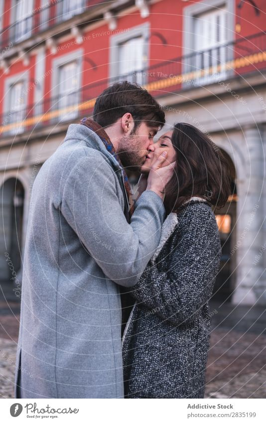 Junges liebes Paar küssend Küssen Augen geschlossen Umarmen Madrid Spanien Playa Bürgermeisterin Mensch heiter Freude Jugendliche Frau Mann Liebe Partnerschaft