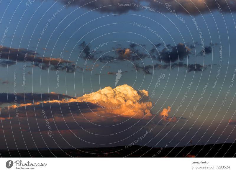 schöne Wolken in der Abenddämmerung harmonisch Sommer Sonne Umwelt Natur Urelemente Luft Himmel Gewitterwolken Horizont Sonnenlicht Klima Wetter Unwetter hell