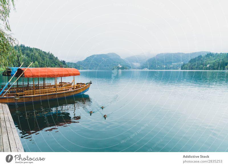 Kai und Boote auf dem See Wasserfahrzeug Gefäße fliegend Anlegestelle Berge u. Gebirge Küste