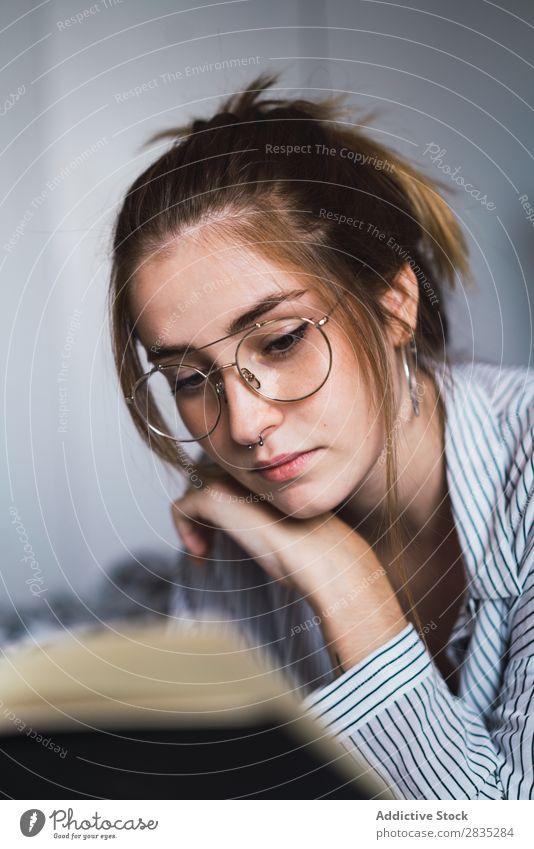 Attraktive Frau mit Buch Bett genießen Schlafzimmer Beautyfotografie schön Jugendliche Mädchen weiß attraktiv Mensch Morgen Dame Lifestyle hübsch sexuell