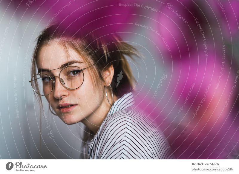 Junges Mädchen in stylischer Brille Frau trendy Körperhaltung Porträt Menschliches Gesicht ruhig Stil Jugendliche lässig anhaben modern feminin Model schön