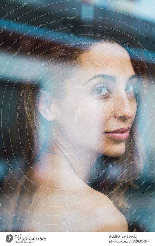 Sinnliche Frau am Fenster hübsch heimwärts Jugendliche Handtuch Fensterbrett Erholung Augen geschlossen Körperhaltung Porträt schön Lifestyle Beautyfotografie