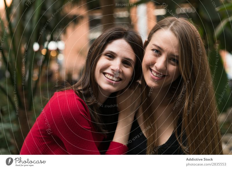 Porträt von zwei fröhlichen Frauen hübsch Freundschaft Freude Blick in die Kamera Zusammensein laufen heiter Lächeln schön Körperhaltung Beautyfotografie Mensch