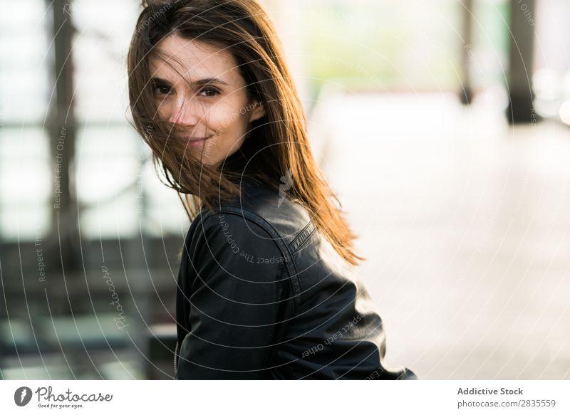 Hübsches Mädchen mit fliegenden Haaren Frau hübsch Blick in die Kamera heiter Lächeln schön Porträt Beautyfotografie attraktiv Jugendliche brünett Model