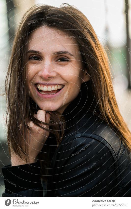 Lachende hübsche Frau Gesicht Blick in die Kamera Nahaufnahme heiter Lächeln lachen schön Porträt Beautyfotografie Mädchen attraktiv Jugendliche brünett Model