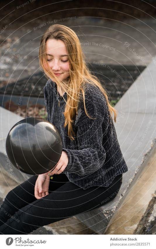Junges Mädchen in Barcelona Frau hübsch Luftballon schwarz Lachen heiter Mund geöffnet parken Los Linien Boden gelb Porträt jung schön Behaarung Pullover lässig