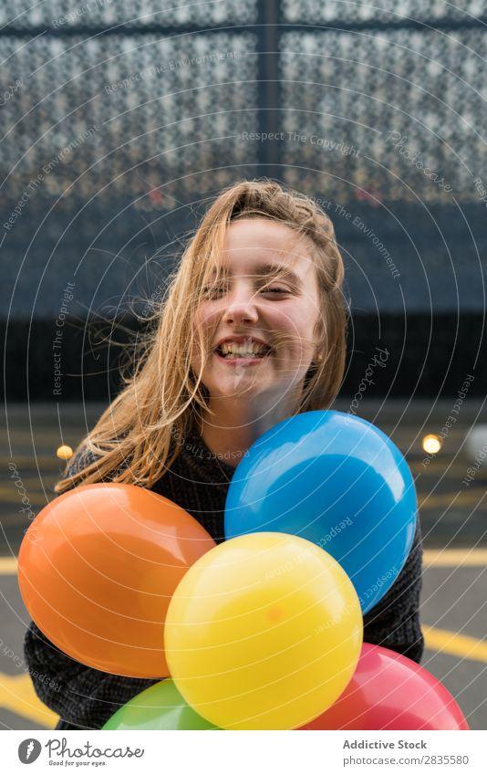 Junges Mädchen in Barcelona Frau Ballons rennen springend Spaß Haufen farbenfroh hell hübsch heiter Glück freudig Lächeln Fröhlichkeit Reflexion & Spiegelung